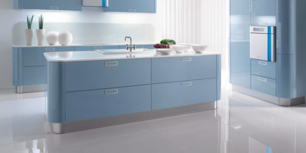 Bucatarie minimalista cu decor alb-albastru
