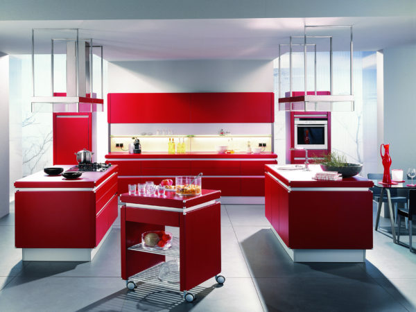 Bucatarie minimalista cu decor alb-rosu