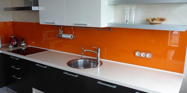 Bucatarie moderna cu decor alb-negru-portocaliu