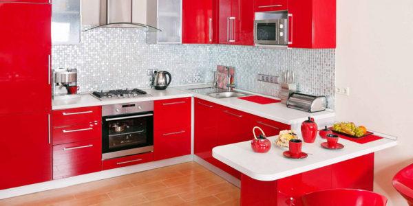 Bucatarie moderna cu decor alb-rosu