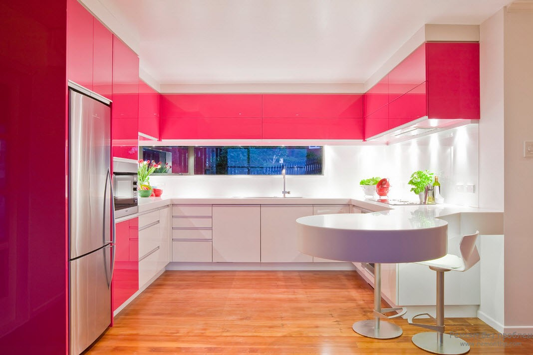 Bucatarie moderna cu decor alb roz