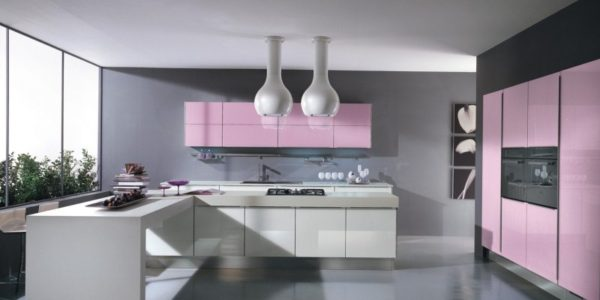 Bucatarie moderna cu decor roz-gri