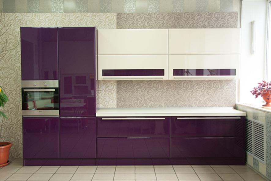 Bucatarie moderna cu decor violet aubergine