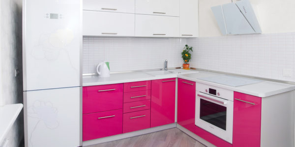 Bucatarie moderna cu mobilier alb-roz