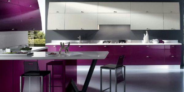Bucatarie moderna cu mobilier violet aubergine crem