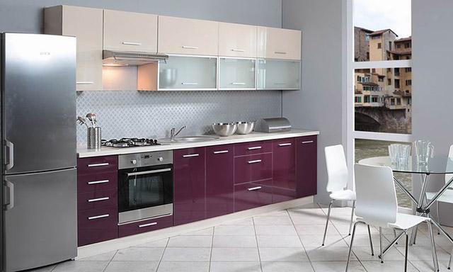 Bucatarie moderne cu mobilier crem-violet aubergine