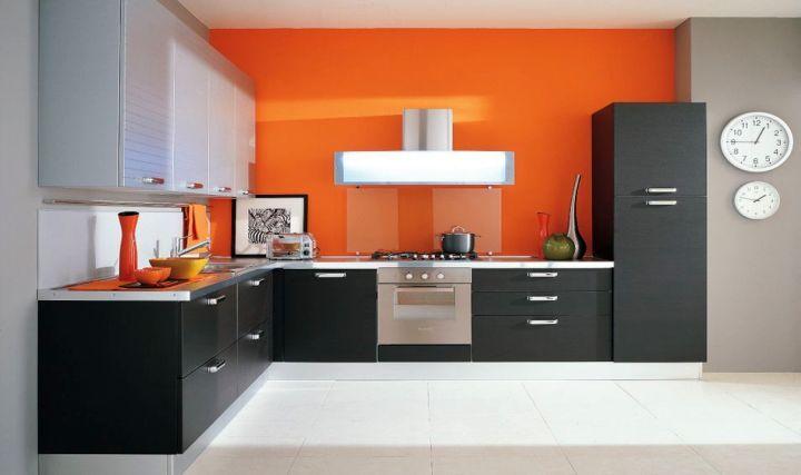 Decor alb-negr-portocaliu bucatarie