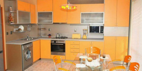 Decor alb-portocaliu bucatarie