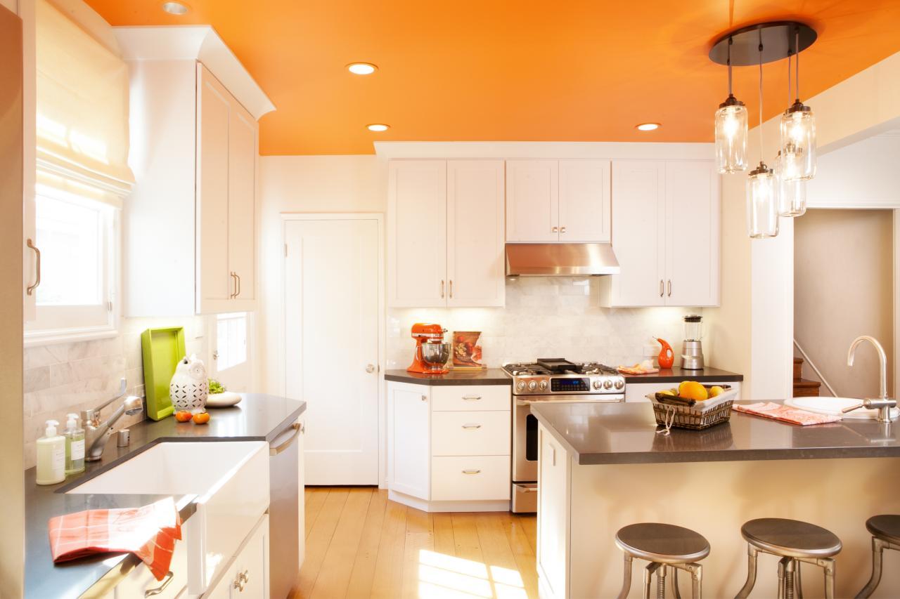 Decor alb-portocaliu bucatarie clasica