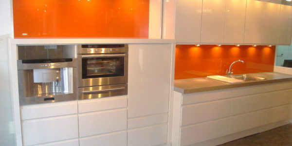 Decor alb-portocaliu bucatarie moderna