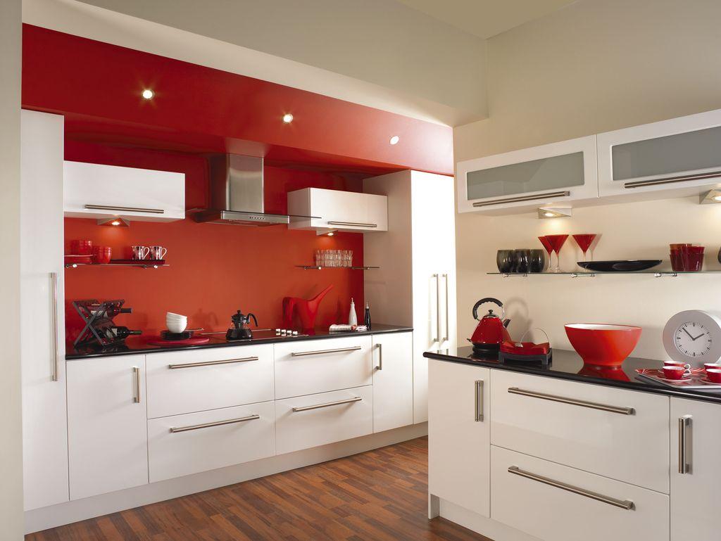 Decor alb-rosu bucatarie eleganta