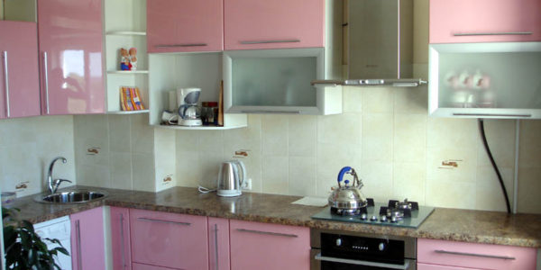 Decor alb-roz bucatarie mica