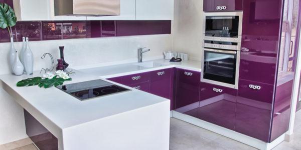 Decor alb-violet aubergine bucatarie