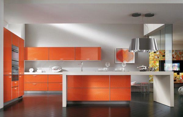 Decor elegant alb-portocaliu bucatarie