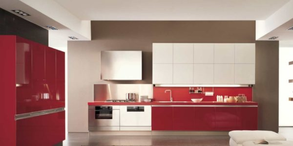 Decor minimalist alb-rosu in bucatarie