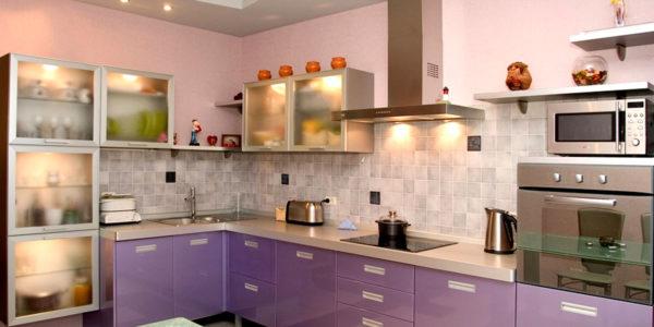 Bucatarie moderna cu mobilier lila