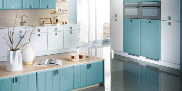 Design alb-albastru bucatarie