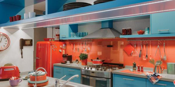 Design alb-portocaliu-albastru in bucatarie