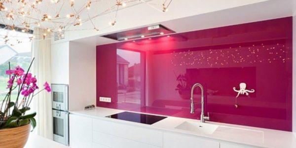 Design alb-roz bucatarie eleganta