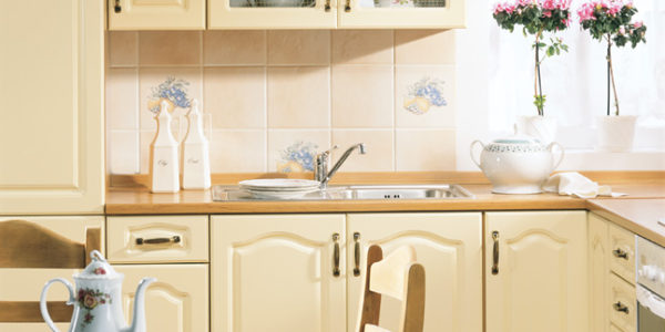 Design clasic bucatarie in culoarea vaniliei