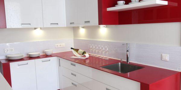 Mobilier alb-rosu bucatarie moderna