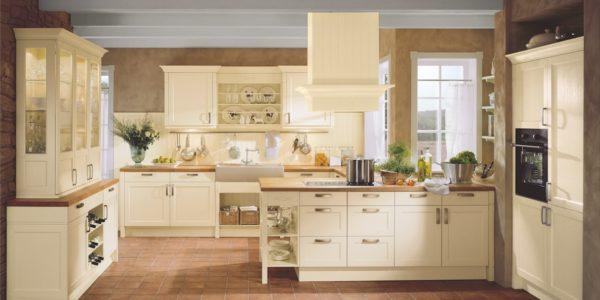 Mobilier clasic de bucatarie in culoarea vaniliei