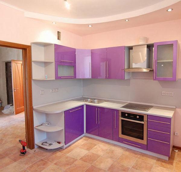 Mobilier lila de colt in bucatarie