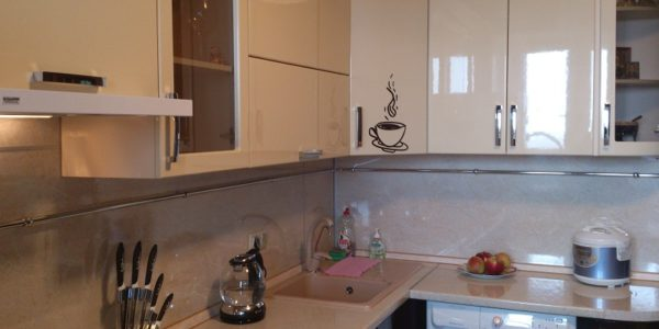 Mobilier modern bucatarie in culoarea vaniliei