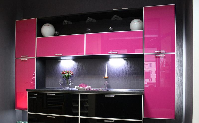 Mobilier negru-roz bucatarie moderna
