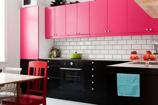 Mobilier negru-roz bucatarie