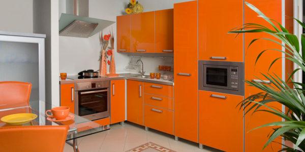 Mobilier portocaliu bucatarie mica
